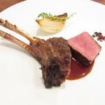 71501061 - メインディッシュ~ニュージランド産仔羊背肉の炭火焼き 淡路の玉ねぎのロースト 黒オリーブの塩と野生の胡椒