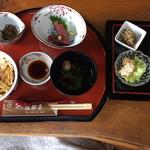 服部亭 - 1600円の御膳。これに茶碗蒸しや米ナスのお料理にデザート、お抹茶(珈琲)が付く。