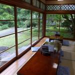 小代 行川庵 - 旧加藤邸の庭を眺めながら。秋にはまるで、京都の茶寮宝泉みたいになるのでしょう。