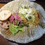 ワイン食堂 TAKEWAKA - ランチ:パスタプレート(パスタ、サラダ、パン)