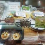 71511496 - 幼虫チョコや蜂の巣ケーキなど、edgeの効いた品々