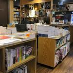 東京天狼院 - 独自にセレクトした本が並ぶ書棚と平台
