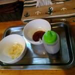 中華そば de 小松 - ニンニク、黒酢、豆板醤の味変アイテム(台湾風かつおとろみ麺用)