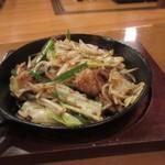 ふみ勝 - 串揚げが揚がるまでの最初のおつまみはホルモン鉄板600円。