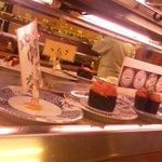 三葉寿司 - 上と下レーンが二段になっています。