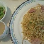 Ondhinu - ベーコンぺペロンチーノ(サラダ、スープ、ドリンク付750円)。