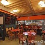 上海チキン 大塚 小閣樓 - オープンキッチンの一階席、中国語が賑やかに飛び交います!