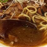 71525820 - スープの状態、鶏白湯がベースらしいですが、濃いです。