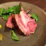 原価ビストロ BAN! - ロゼに仕上げた仔羊背肉のロース(1200円)