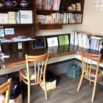 自家焙煎コーヒーcafe・すいらて - 1Fカウンター席、奥にも3人掛けカウンターがあります(2017.8.15)
