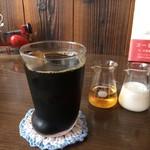 自家焙煎コーヒーcafe・すいらて - ワンコ?ニャンコの足?可愛いグラスでいただくアイスコーヒーです(2017.8.15)