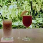 コスチューム ナショナル ウォール - アイスカフェ・オ・レ、トマトジュース