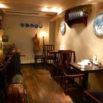 カフェ・ミエル - 大きな絵皿や棚の小物も楽しいです