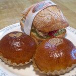 ラ ジータ - リュスティックのチキンタツタ、あんパン、クリームパン