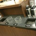 スターバックス・コーヒー - すぐ横のごみ箱もコンパクト