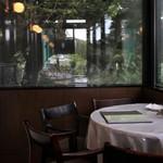 しょうゆ きゃふぇ - cafeの窓側席は元町公園に面しています