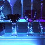 ジャガト カーナ - バックバーに並んだグラス