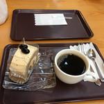 71561934 - ほうじ茶ロールとホットコーヒー