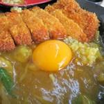 和出汁カレーどんぶり まんてん - かつカレーどんぶり(普通)、生卵を落としていただきます!
