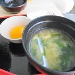 和出汁カレーどんぶり まんてん - みそ汁が美味いねん