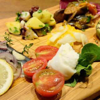 BUBU一番人気は豪華な前菜の盛り合わせ。まずはコレ!!