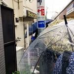 71575653 - 雨の中の行列