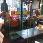 ラッキーピエロ - 店内のブランコ席と木馬