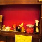 来福軒 - テーブル席の調味料と紅生姜