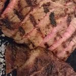 CarneTribe 肉バル - リブロースともも肉のアップ