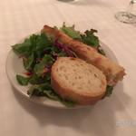 71588884 - サラダとパンが2種類セットで登場。パンは小麦の香ばしさを感じます。