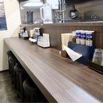 麺や 玄鳥 - カウンター席のみのシンプルな空間