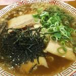 肉盛り中華そば 初代松山 - ネギと刻み海苔はセルフでかけ放題。とにかく肉盛り過ぎ。