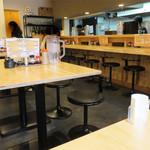 博多 牧商店 - カウンター席とテーブル席。