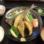 お食事処 燦 - 料理写真:アジフライ定食、骨せんべい付