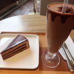 リンツ ショコラ カフェ - セレブラシオン デュ ショコラとアイスチョコレートドリンク(ダーク)