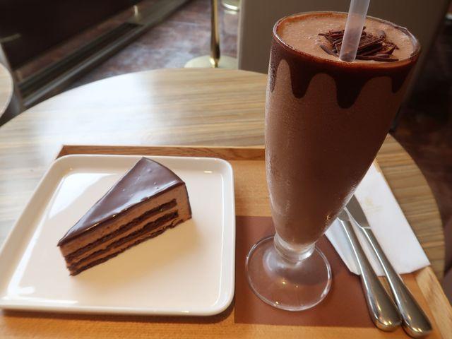 リンツ ショコラ カフェ 自由が丘店 - セレブラシオン デュ ショコラとアイスチョコレートドリンク(ダーク)