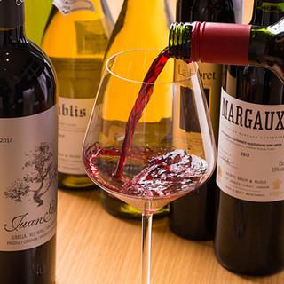 料理に合わせて気軽に楽しめるワインが充実の品揃え
