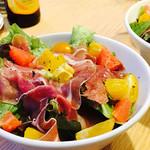 お肉バル UNI - 生ハムプロシュートとフルーツのサラダ¥590