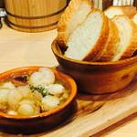 お肉バル UNI - 魚介のアヒージョ¥490