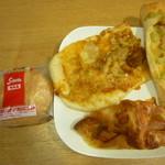 志津屋 - カルネ、バジルソースとベーコンのフランスパン、タンドリーチキンとカレーのナン風ピッツァ、プレミアムデリカクロワッサン