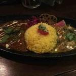 トリッピンスパイス - あいがけ(挽肉と夏野菜のカポナータ風カレー、フィジー風カツオカレー)