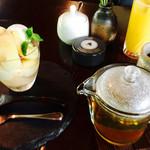 71619723 - 季節限定 桃のパフェ、りんご加賀ほうじ茶。
