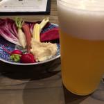 71620041 - お通しのバーニャカウダ(無料?)とホワイトエール(¥750)