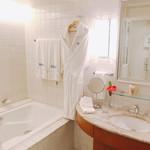 Halekulani - シャワールーム ふかふかバスローブが好きです。