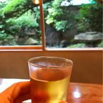 蕎麦切り大城 - 緑色の景色と琥珀色