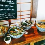 中町食堂 - その日のお惣菜はいつも4種類用意されているのかな。ひとり2品選び小鉢に自分で入れます。つまり、2人以上で行けば、全て食べられる。