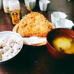中町食堂 - あじフライ定食(税込900円)にしてみました。ご飯は白米と雑穀米から選べます。お味噌汁まで含めておかわり自由。お願いすれば、ソースと醤油のどちらも出してくれます。
