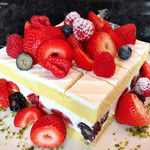 71635736 - ベリーのショートケーキ@上質なクリーム。旬じゃないのにこんなに美味しいイチゴショートはない