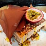 ザ・レストラン by アマン - ミルクチョコレートとパッションフルーツ ヘーゼルナッツ@前衛的なビジュアル。パッションソースとナッツを合わせていただきましょう