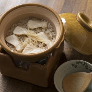 優しい出汁が身体に染み渡る…【釜飯】が根強い人気!